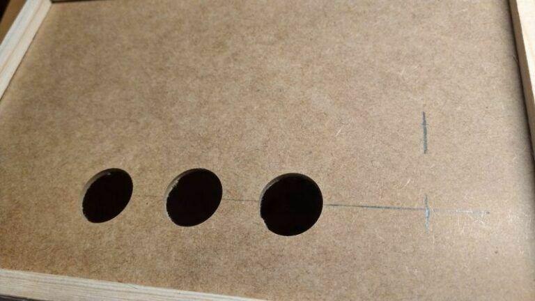 Löcher für die Buttons